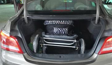 雅贝婴儿推车折叠后放车后备箱