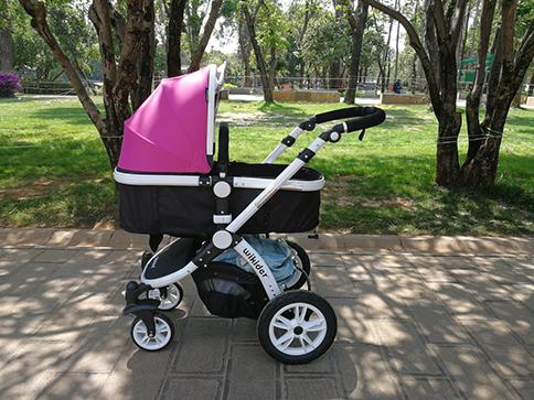 推着宝宝去晒太阳,宝宝一出生就可以开始使用婴儿车