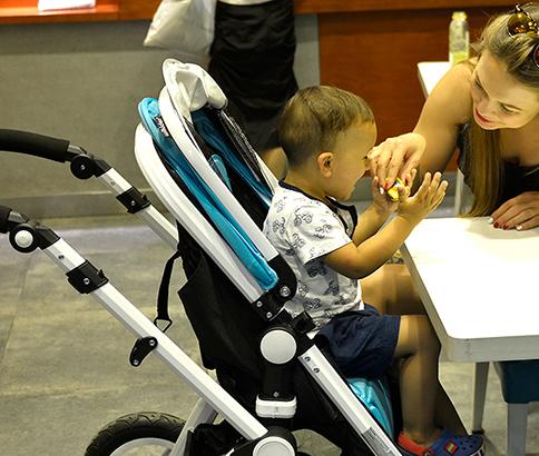 宝宝坐着婴儿车,推宝宝出去玩
