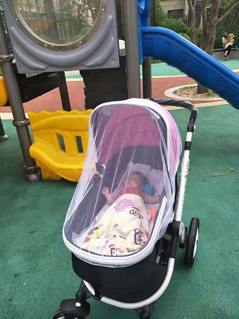 宝宝乘坐威可迪婴幼儿手推车